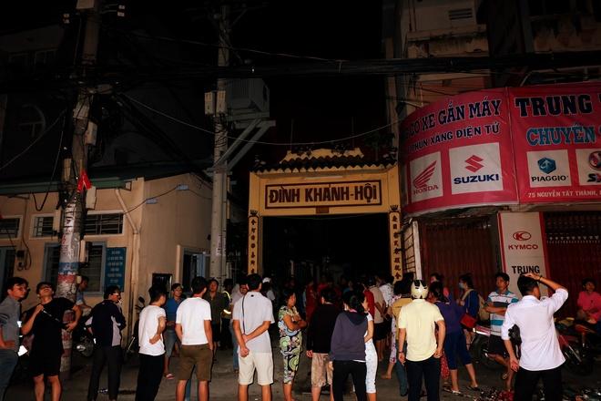 Chùm ảnh: Người dân quận 4 trắng đêm cầu nguyện trong trận hoả hoạn kinh hoàng ở cảng Sài Gòn 6
