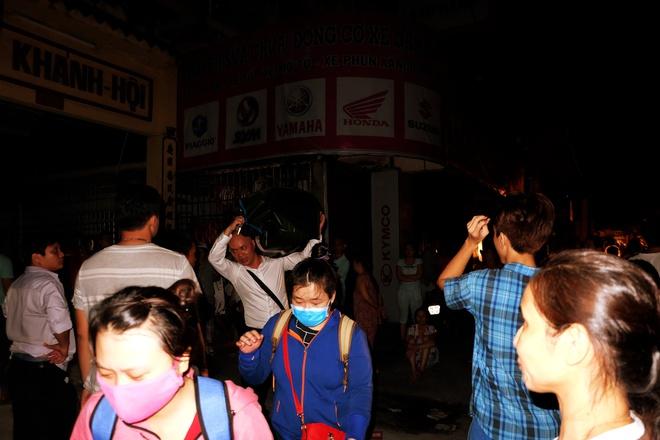 Chùm ảnh: Người dân quận 4 trắng đêm cầu nguyện trong trận hoả hoạn kinh hoàng ở cảng Sài Gòn 7