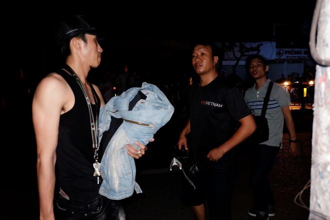 Chùm ảnh: Người dân quận 4 trắng đêm cầu nguyện trong trận hoả hoạn kinh hoàng ở cảng Sài Gòn 8