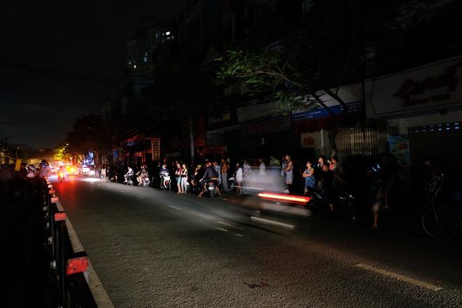 Chùm ảnh: Người dân quận 4 trắng đêm cầu nguyện trong trận hoả hoạn kinh hoàng ở cảng Sài Gòn 5