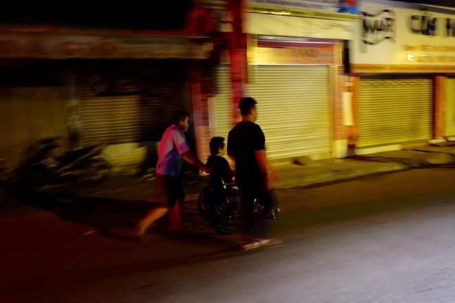 Chùm ảnh: Người dân quận 4 trắng đêm cầu nguyện trong trận hoả hoạn kinh hoàng ở cảng Sài Gòn 9