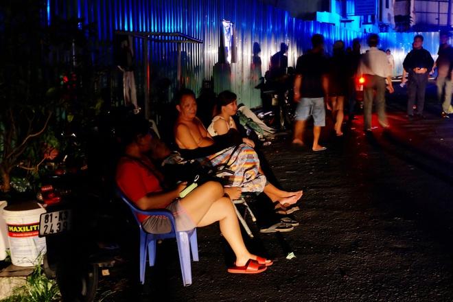 Chùm ảnh: Người dân quận 4 trắng đêm cầu nguyện trong trận hoả hoạn kinh hoàng ở cảng Sài Gòn 13