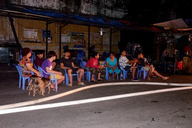 Chùm ảnh: Người dân quận 4 trắng đêm cầu nguyện trong trận hoả hoạn kinh hoàng ở cảng Sài Gòn 16