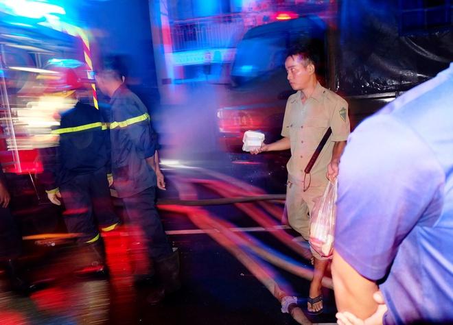 Chùm ảnh: Người dân quận 4 trắng đêm cầu nguyện trong trận hoả hoạn kinh hoàng ở cảng Sài Gòn 20