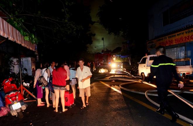 Chùm ảnh: Người dân quận 4 trắng đêm cầu nguyện trong trận hoả hoạn kinh hoàng ở cảng Sài Gòn 22