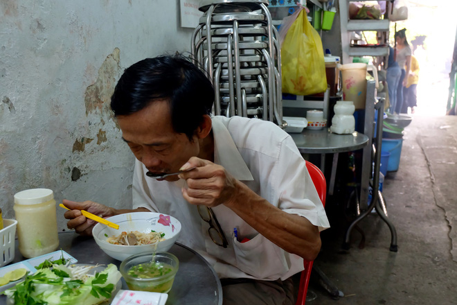 """Thanh xuân của đời người trôi qua chớp mắt, nhưng """"thanh xuân"""" của quán hủ tiếu này thì 70 năm vẫn mê hoặc người Sài Gòn - Ảnh 7."""