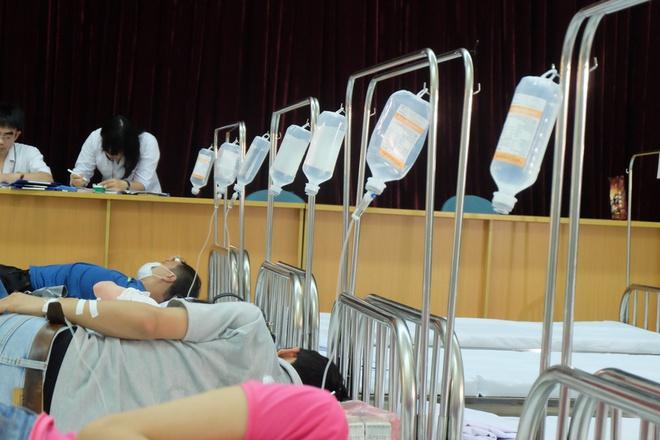 Bác sĩ khám bệnh ngoài hành lang, nhường phòng khám và hội trường cho bệnh nhân sốt xuất huyết - Ảnh 5.
