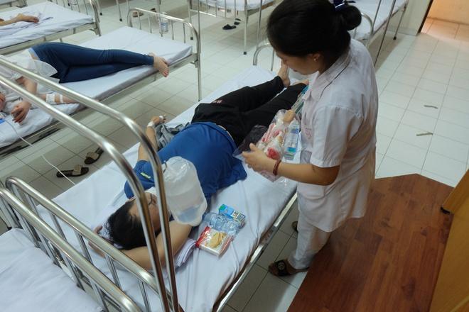 Bác sĩ khám bệnh ngoài hành lang, nhường phòng khám và hội trường cho bệnh nhân sốt xuất huyết - Ảnh 7.