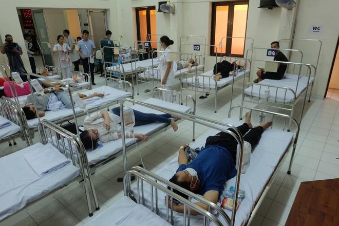 Bác sĩ khám bệnh ngoài hành lang, nhường phòng khám và hội trường cho bệnh nhân sốt xuất huyết - Ảnh 3.
