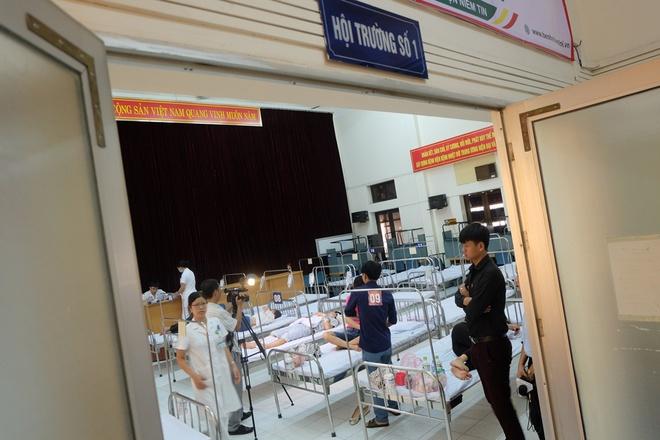 Bác sĩ khám bệnh ngoài hành lang, nhường phòng khám và hội trường cho bệnh nhân sốt xuất huyết - Ảnh 2.