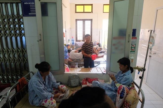 Bác sĩ khám bệnh ngoài hành lang, nhường phòng khám và hội trường cho bệnh nhân sốt xuất huyết - Ảnh 13.