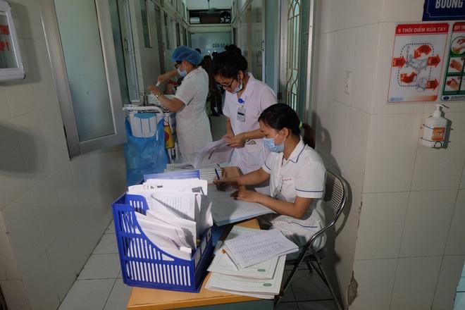 Bác sĩ khám bệnh ngoài hành lang, nhường phòng khám và hội trường cho bệnh nhân sốt xuất huyết - Ảnh 14.