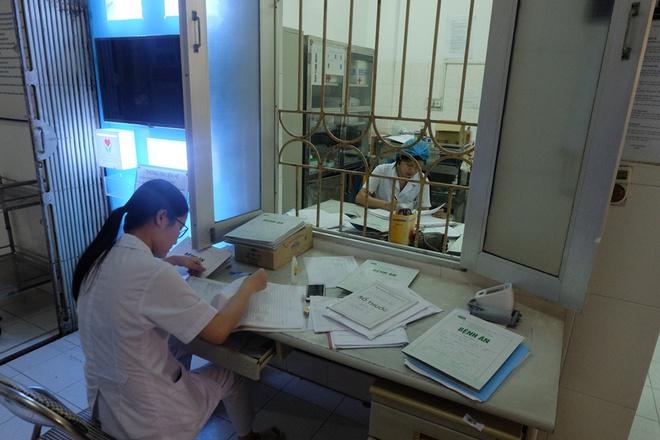 Bác sĩ khám bệnh ngoài hành lang, nhường phòng khám và hội trường cho bệnh nhân sốt xuất huyết - Ảnh 15.