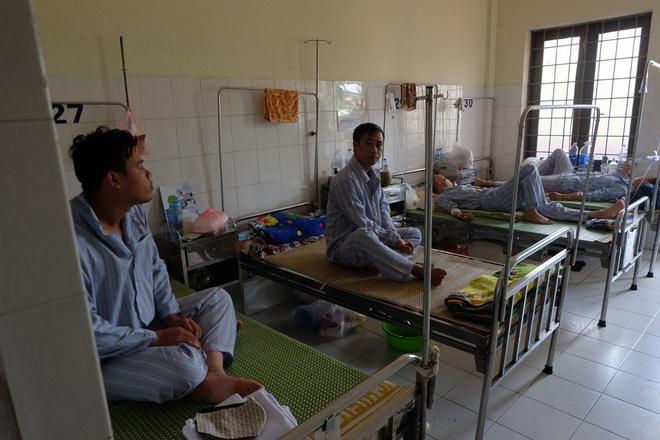 Bác sĩ khám bệnh ngoài hành lang, nhường phòng khám và hội trường cho bệnh nhân sốt xuất huyết - Ảnh 12.