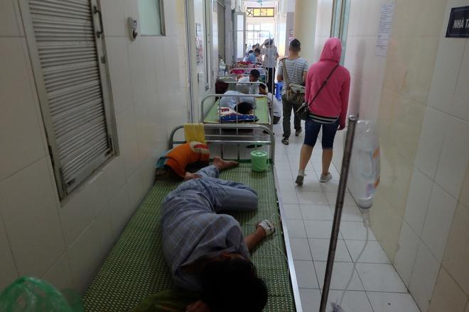 Bác sĩ khám bệnh ngoài hành lang, nhường phòng khám và hội trường cho bệnh nhân sốt xuất huyết - Ảnh 11.