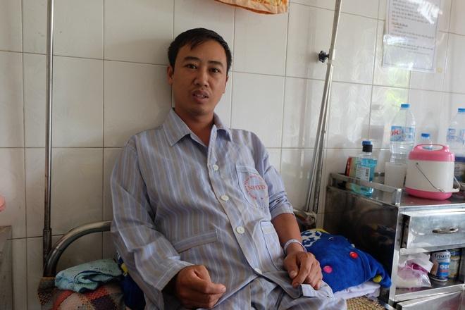 Bác sĩ khám bệnh ngoài hành lang, nhường phòng khám và hội trường cho bệnh nhân sốt xuất huyết - Ảnh 9.