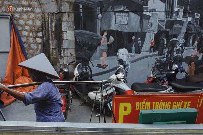 Hà Nội: Dự án bích họa trên phố Phùng Hưng bị đắp chiếu, biến thành bãi gửi xe bất đắc dĩ sau 1 tháng triển khai - ảnh 13