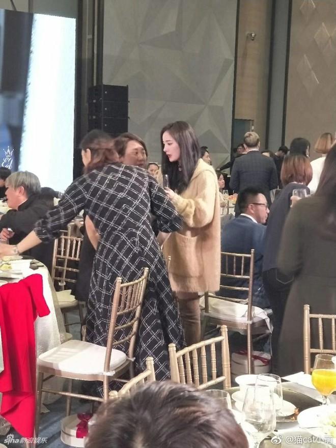 Đám cưới nhỏ bất ngờ thu hút chú ý vì sự xuất hiện xinh đẹp lấn át cô dâu của Dương Mịch - Ảnh 1.