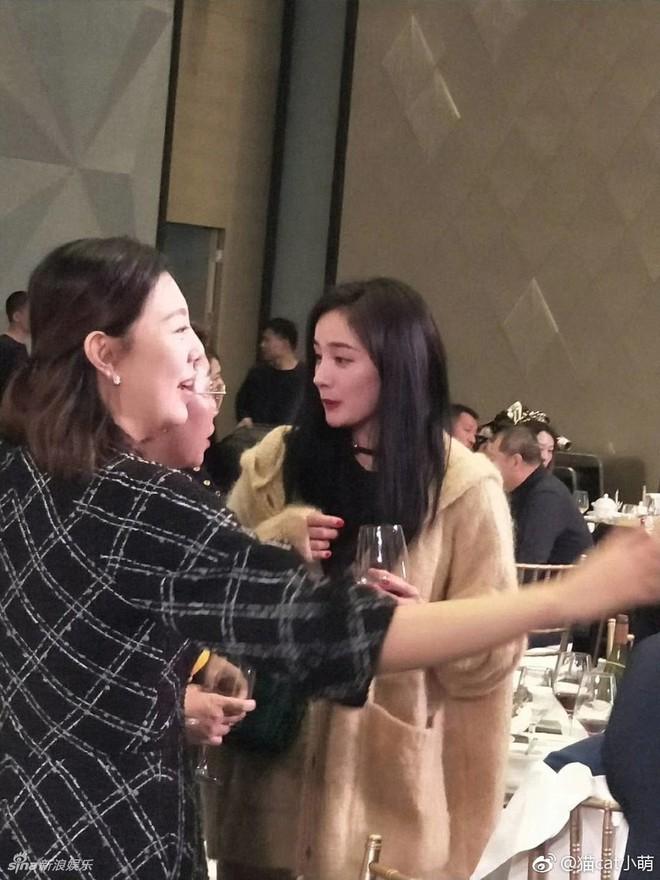 Đám cưới nhỏ bất ngờ thu hút chú ý vì sự xuất hiện xinh đẹp lấn át cô dâu của Dương Mịch - Ảnh 2.