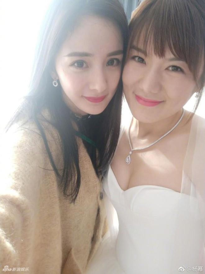 Đám cưới nhỏ bất ngờ thu hút chú ý vì sự xuất hiện xinh đẹp lấn át cô dâu của Dương Mịch - Ảnh 6.