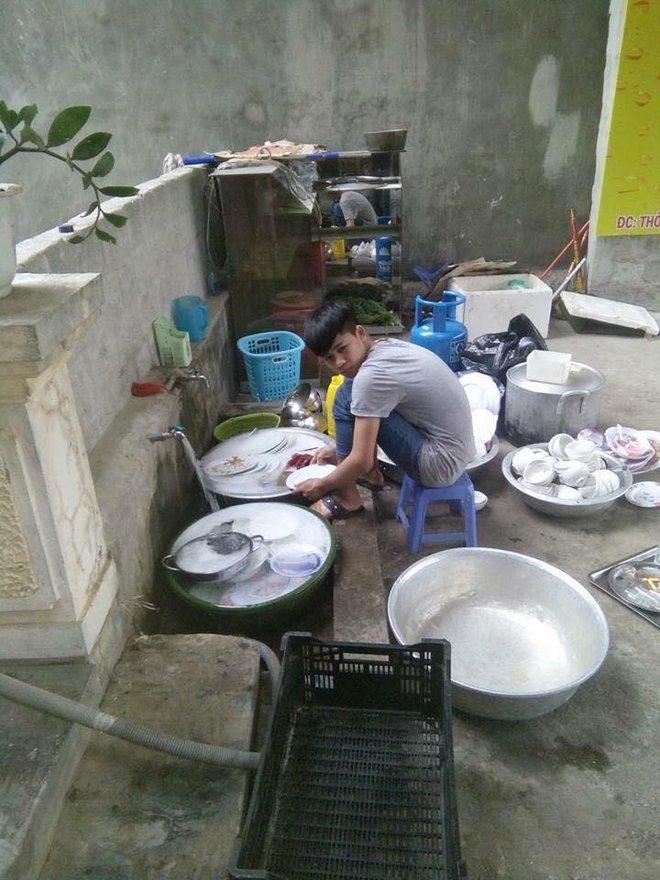 Đi ăn cỗ, chàng trai một mình rửa 6 mâm bát đĩa vì chị gái đau tay - Ảnh 2.