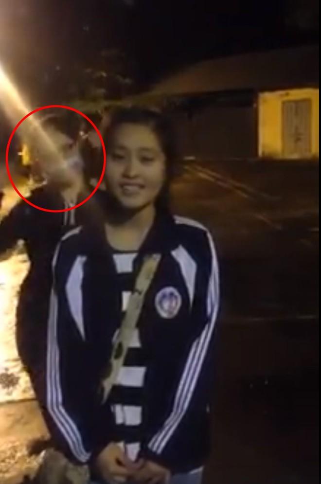 Nữ sinh quay clip khoe giọng hát, nhưng bạn thân múa phụ hoạ 4s mới là người được chú ý - ảnh 1