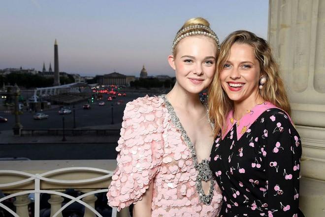 Elle Fanning lại xuất hiện kiêu sa đài các như một nàng công chúa giữa Paris thơ mộng! - Ảnh 12.