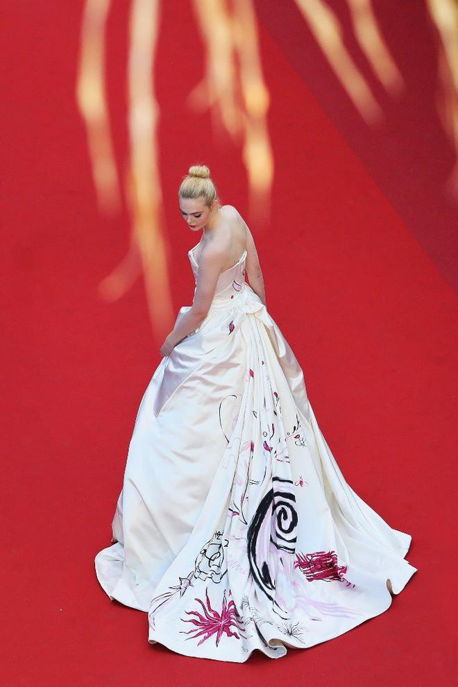 Tiên nữ giáng trần là câu miêu tả chính xác Elle Fanning tại LHP Cannes các năm! - Ảnh 19.