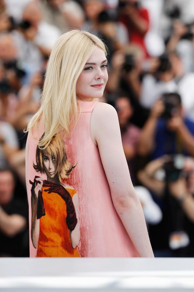 Tiên nữ giáng trần là câu miêu tả chính xác Elle Fanning tại LHP Cannes các năm! - Ảnh 37.