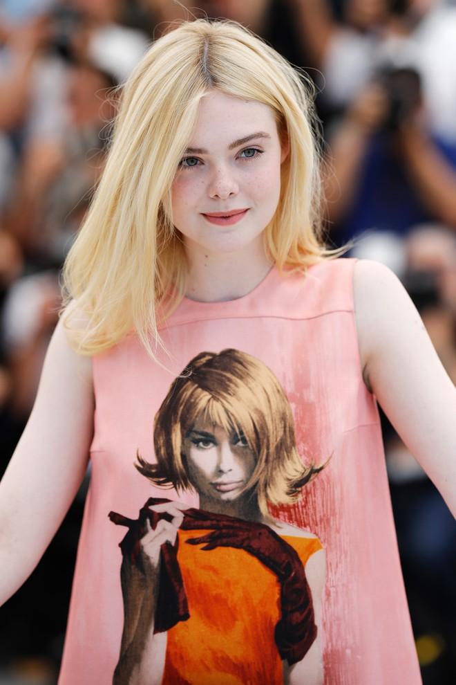 Tiên nữ giáng trần là câu miêu tả chính xác Elle Fanning tại LHP Cannes các năm! - Ảnh 38.