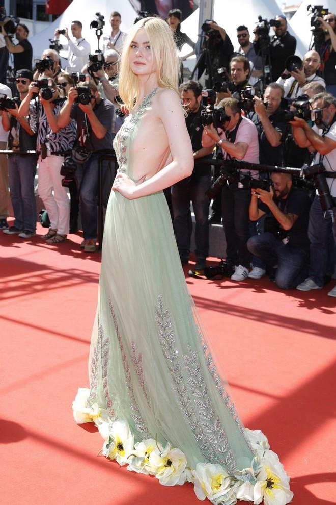 Tiên nữ giáng trần là câu miêu tả chính xác Elle Fanning tại LHP Cannes các năm! - Ảnh 41.