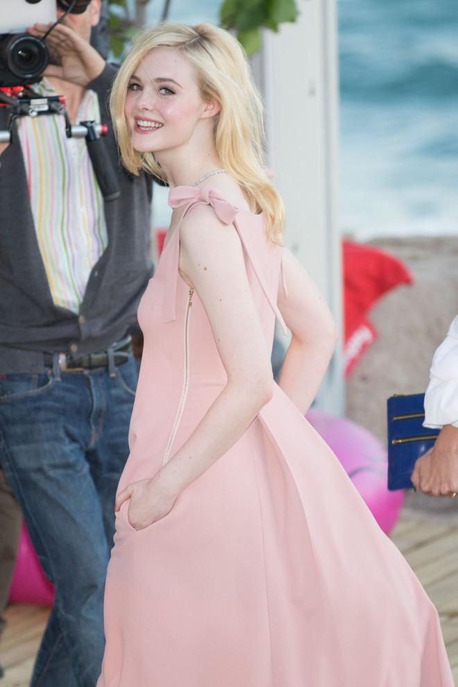 Tiên nữ giáng trần là câu miêu tả chính xác Elle Fanning tại LHP Cannes các năm! - Ảnh 32.