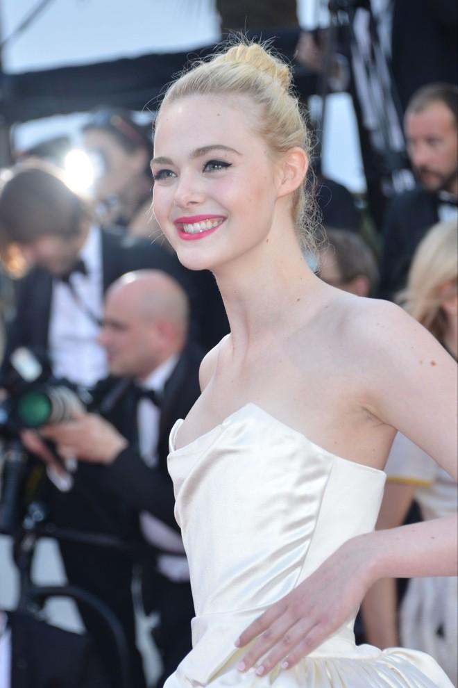 Tiên nữ giáng trần là câu miêu tả chính xác Elle Fanning tại LHP Cannes các năm! - Ảnh 21.