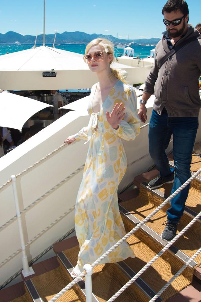 Tiên nữ giáng trần là câu miêu tả chính xác Elle Fanning tại LHP Cannes các năm! - Ảnh 31.