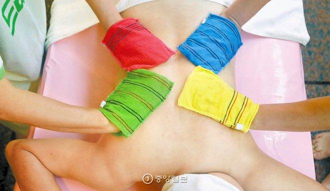 Hóa ra bí kíp dưỡng da của toàn Đại Hàn Dân Quốc lại gói gọn trong cái bao tay chưa đến 1 USD - Ảnh 3.