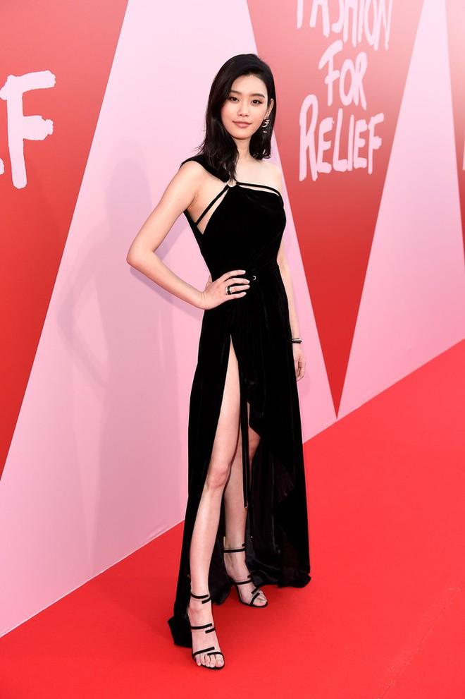 Bella mải xốc váy vì sợ lộ hàng, Kendall diện cả quần short đi thảm đỏ Cannes - Ảnh 12.