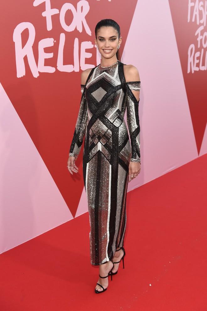 Bella mải xốc váy vì sợ lộ hàng, Kendall diện cả quần short đi thảm đỏ Cannes - Ảnh 13.