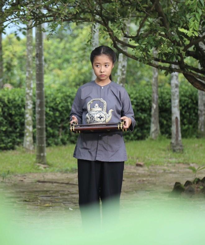 """Gặp bé Hai Thơ trong """"Mẹ chồng"""": Cô người hầu nguy hiểm nhất màn ảnh Việt - Ảnh 1."""