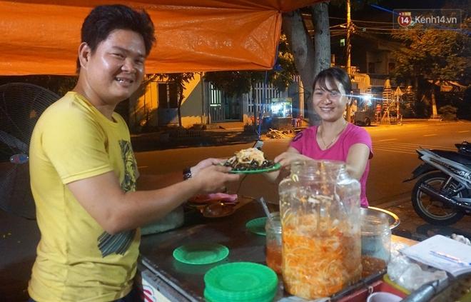 """""""Hạnh phúc không lời"""" nơi quán ăn vặt dễ thương của đôi vợ chồng trẻ bị câm điếc ở Đà Nẵng - Ảnh 3."""