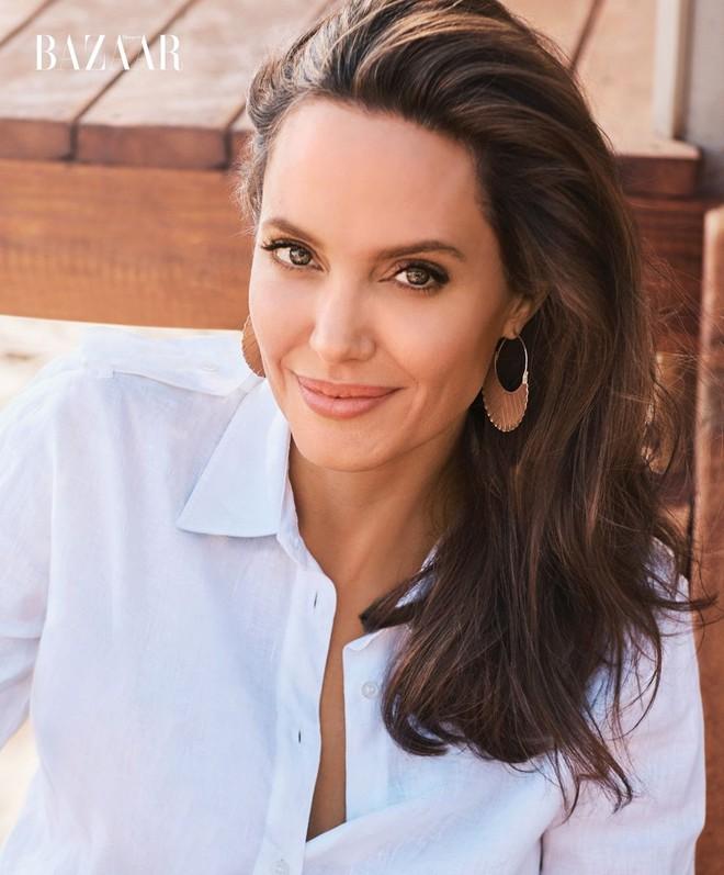 Angelina Jolie chứng minh đẳng cấp huyền thoại nhan sắc thế kỷ 21 với bộ ảnh đẹp say lòng người - Ảnh 3.