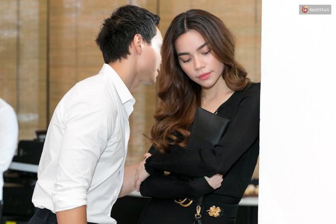 Sau hình ảnh hôn má, Hà Hồ - Kim Lý công khai tình bể bình giữa chốn đông người - Ảnh 2.