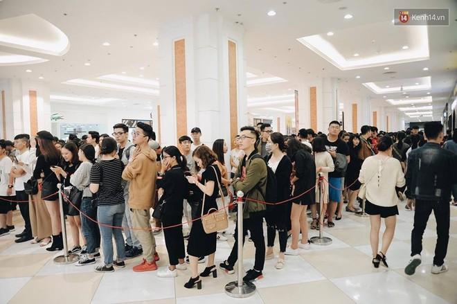 H&M vỡ trận ngày đầu mở bán vì hút toàn bộ giới trẻ Hà Nội, Zara đông ổn định với đối tượng lớn tuổi hơn - Ảnh 11.