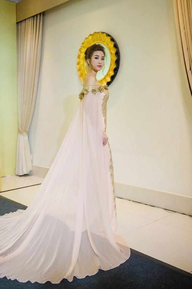 Hoa hậu Mỹ Linh đẹp kiêu sa, đọ sắc bên đàn chị Vũ Thu Phương - Ảnh 1.
