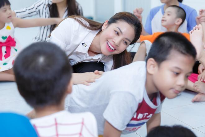 Phạm Hương, Lệ Hằng cùng Hoa hậu Dominica giản dị về Củ Chi làm từ thiện - Ảnh 2.