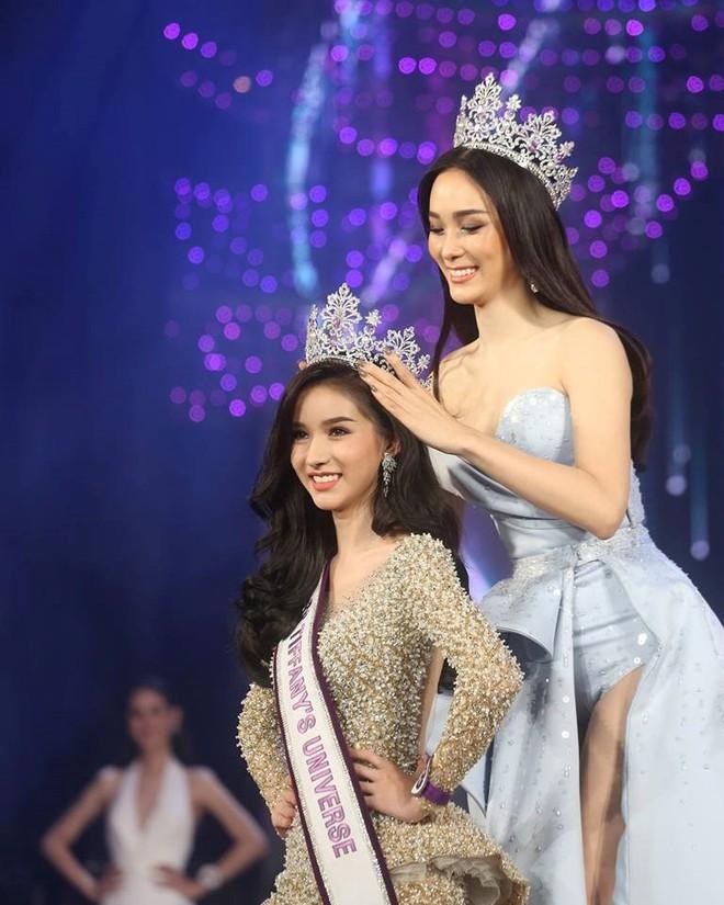 Hoa hậu chuyển giới Thái Lan 2017, Nong Poy, cựu Hoa hậu trong cùng một khung hình: Ai đẹp hơn? - Ảnh 2.