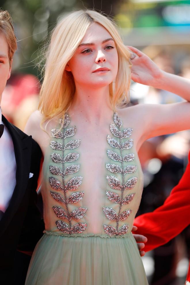 Tiên nữ giáng trần là câu miêu tả chính xác Elle Fanning tại LHP Cannes các năm! - Ảnh 46.