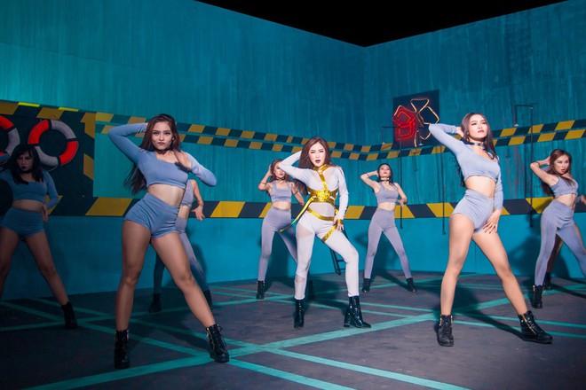 Một ngày sau khi Chi Pu ra ca khúc thứ 4, Hương Tràm bất ngờ tung MV nhạc Dance sớm hơn dự định - Ảnh 7.