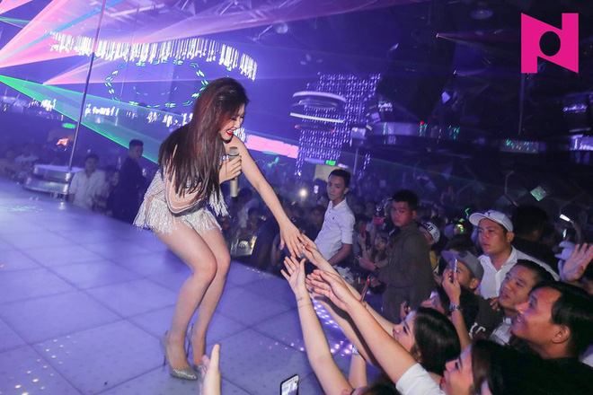 Vừa dứt lời chê Chi Pu, Hương Tràm đã lại gây xôn xao khi lộ hình ảnh mặc quần ngắn như nội y đi diễn - ảnh 6