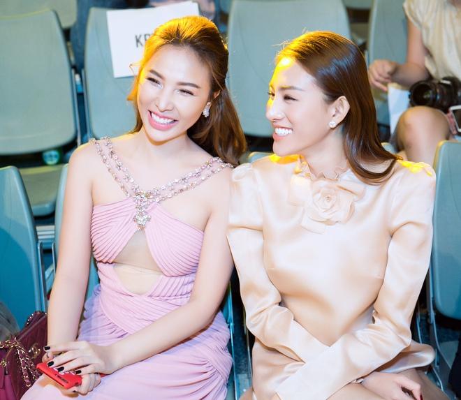 Lê Hà kín đáo bất ngờ, Quỳnh Thư gợi cảm khoe sắc tại Hàn Quốc - Ảnh 4.
