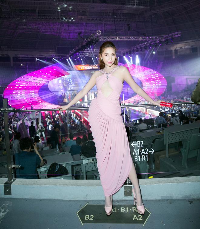 Lê Hà kín đáo bất ngờ, Quỳnh Thư gợi cảm khoe sắc tại Hàn Quốc - Ảnh 2.